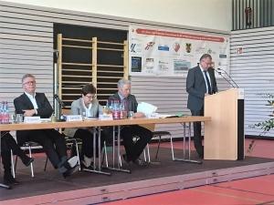 Fraktionsvorsitzender Bernhard Richter bei seiner Haushaltsrede in der Mehrzweckhalle in Lichtenwald